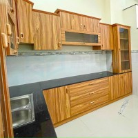 Tủ bếp chữ L vân gỗ nâu đậm